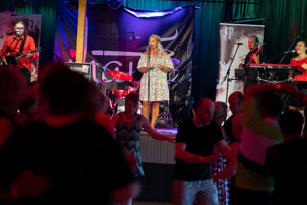 Johannan Simbsalabim-kappale sai tanssikansan heiluttamaan lanteita. Kappale nousi aikoinaan listaykköseksi ja se lähti viemään artistin musiikkia enemmän iskelmälliseen countrypop-suuntaan.