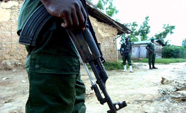 """Viranomaisten mukaan nandiheimoon kuuluva Mai-Mai Mazembe -niminen """"itsepuolustusjoukko"""" on mestannut 25 siviiliä Kongon demokraattisessa tasavallassa. Kuvassa Mai-Mai Mazemben sotilaita."""