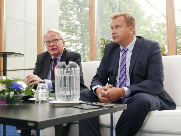 Puolustusministeri Antti Kaikkonen on tavannut ruotsalaista kollegaansa Peter Hultqvistia jo noin 15 kertaa puolen vuoden aikana. Kuva syyskuun tapaamisesta Kouvolasta.