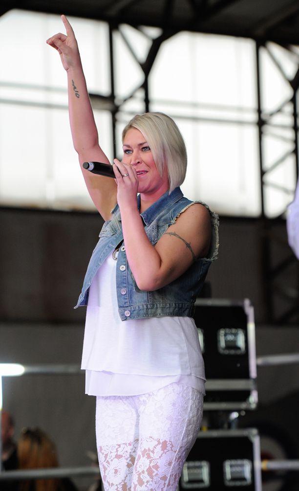 Jo O'Meara nähtiin yhtyeen kiertueella vuonna 2015.