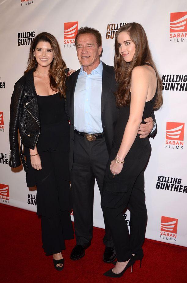 Katherine (vasemmalla), Arnold ja Christina Schwarzenegger. Katherinen äiti on journalisti Maria Shiver, jonka äiti puolestaan oli John F. Kennedyn sisko.