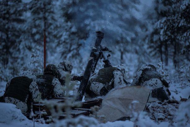 Rovajärvellä järjestetyissä ampumaharjoituksissa on ollut mukana sotilaita myös Ruotsista. Kuvassa raskas kranaatinheitin tuliasemassa marraskuussa 2016.