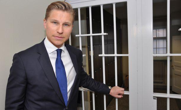 """Ministeri Antti Häkkäsen mukaan oikeusministeriö muutti vuoden alussa vala-asetusta siten, etteivät ministerit voi enää vannoa """"uskonnollista"""" tuomarinvalaa."""