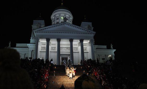 Lucia-neito kruunattiin Helsingin Tuomiokirkossa.