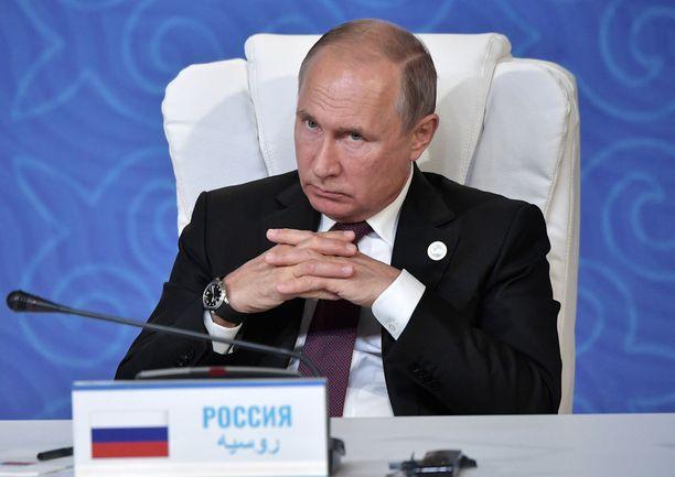 """Venäjä kiistää edelleen osallisuutensa Salisburyn maaliskuiseen hermomyrkkytapaukseen. Presidentti Vladimir Putin toivoi myrkytetyille Skripaleille toukokuussa """"hyvää terveyttä""""."""
