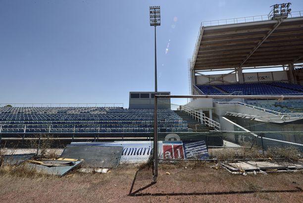 Ellinikón olympiakeskuksen baseball-stadion täysin räävittömässä kunnossa.