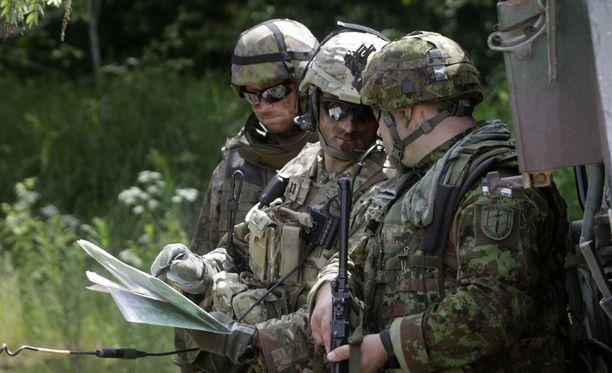 Suomalainen (vas.), yhdysvaltalainen ja virolainen sotilas Yhdysvaltojen Euroopan-armeijan johtamassa Saber Strike -harjoituksessa Virossa kesäkuussa 2016.