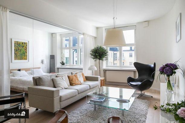 Mikä idea! Ilmavuus ja valoisuus säilyy kodissa, kun perinteisen seinän korvaa lasiseinällä. Yöksi verhot voi vetää kiinni.