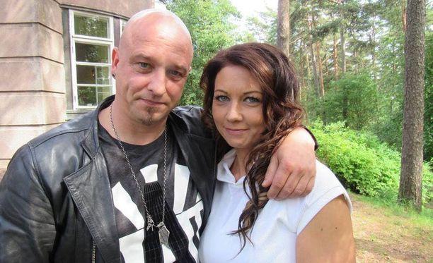 Sami Hintsanen tunnetaan kesäteatterirooleistaan ja Tartu mikkiin -ohjelmasta. Psykiatrisena sairaanhoitajanakin työskennellyt Varpu Nummela oli aikaisemmin naimisissa iskelmätähti Janne Raappanan kanssa.