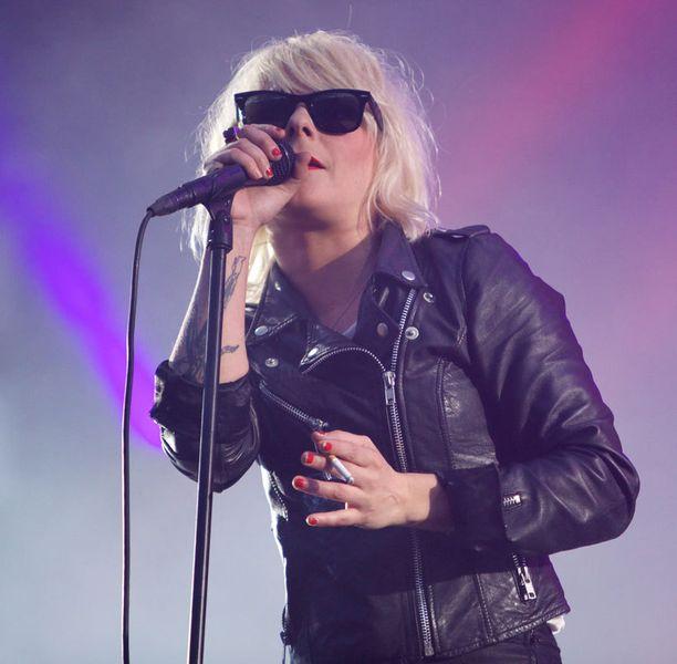 The Soundsin Maja Ivarsson esiintyi farkuissa ja nahkatakissa.