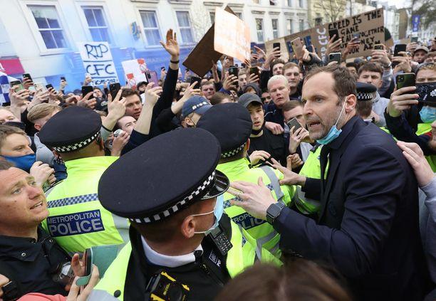 Petr Cech yrittää saada äänensä kuulumaan mielenosoittajien keskellä.