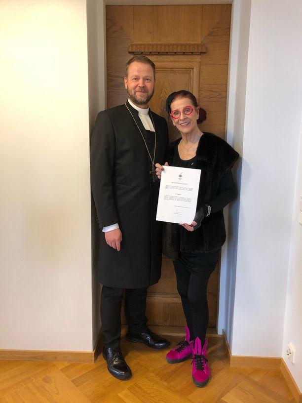 Taiteilija Aira Samulin on suomalainen vaikuttaja, joka on toiminut laajasti kulttuurin alalla vuosikymmenten ajan. Perjantaina piispa myönsi hänelle myötätuntopalkinnon.