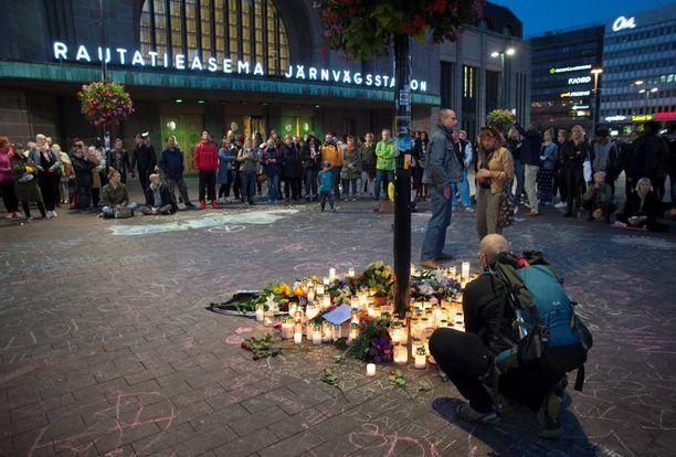 28-vuotiaan Jimi Karttusen muistoksi on tuotu runsaasti kukkia ja kynttilöitä Asema-aukiolle.