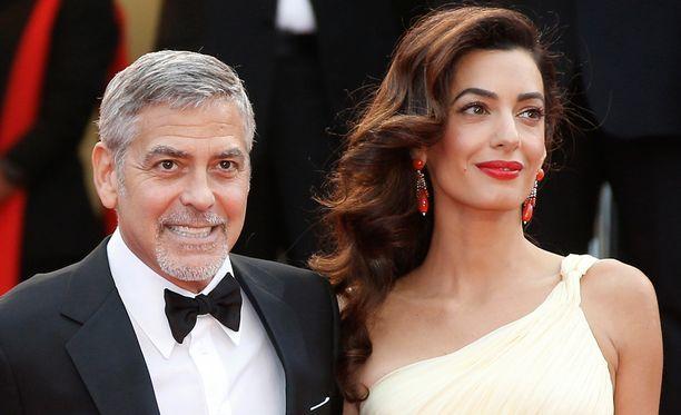 George irvisteli kuvaajille Cannesissa torstaina. Pariskunta vihittiin syyskuussa 2014.
