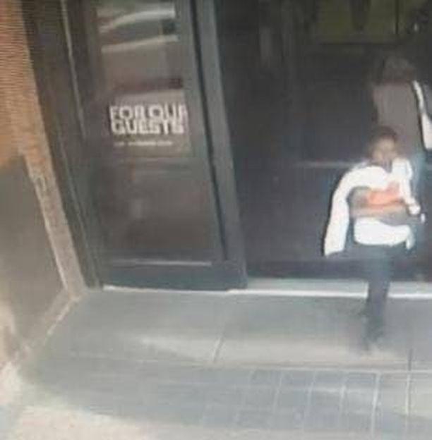 Nainen lähti ostoskeskuksesta kävelemään vauva sylisään.