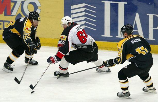 Jagr iski jatkoaikamaalin Kärppiä vastaan Super Six -turnauksen finaalissa tammikuussa 2005.