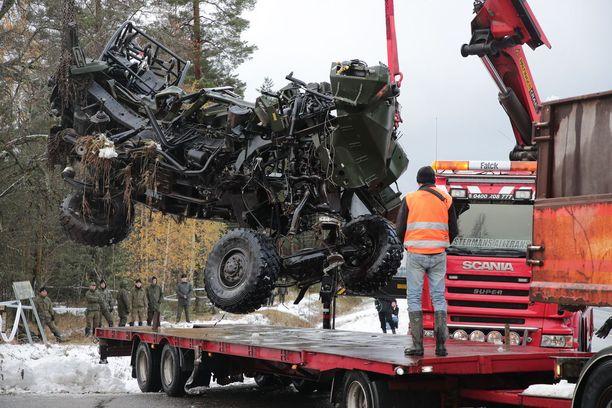 Törmäykseen joutunut kuormaauto siirrettiin risteysalueelta pois torstaina iltapäivällä.