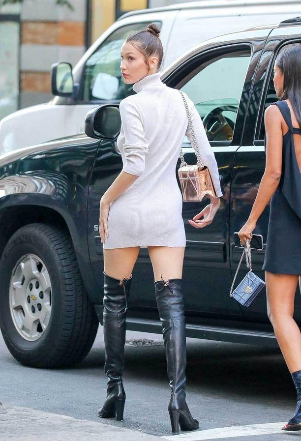 Bella Hadid yhdisti poolokauluksisen neulemekon saappaisiin paahteisessa New Yorkissa.