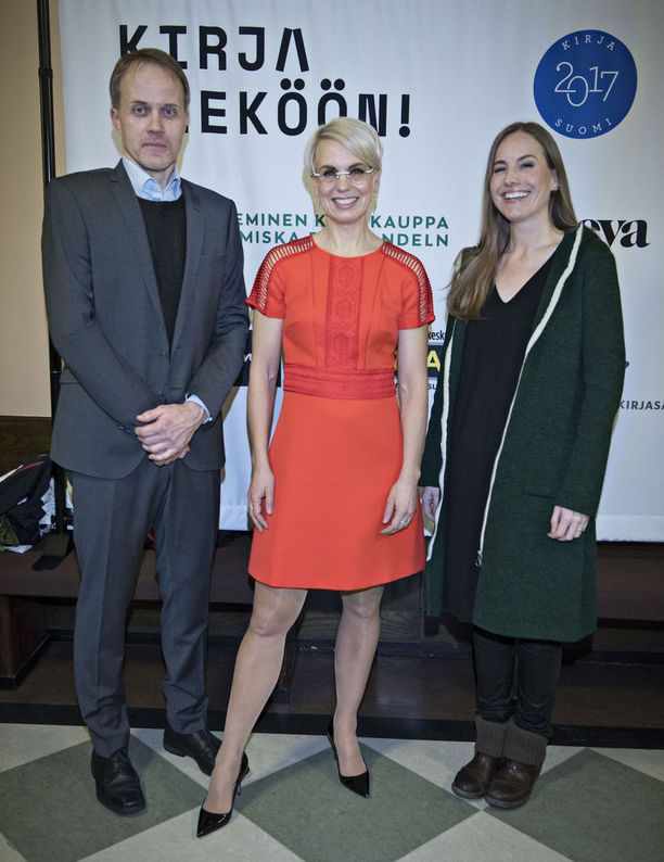 Baba Lybeck oli kirja vieköön -tapahtuman vetäjä. Kuvassa myös kirjailija-toimittajat Petri Tamminen ja Anu Partanen.