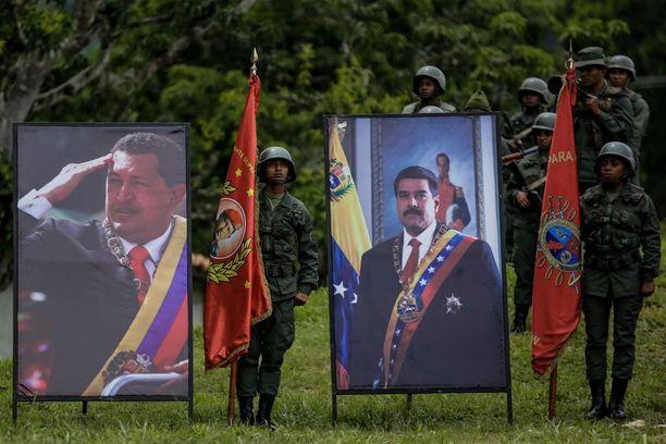 Maanantaina järjestetyssä armeijan seremoniassa sotilaat poseerasivat presidentti Maduron ja edeltäjä Hugo Chávezin muotokuvien rinnalla.