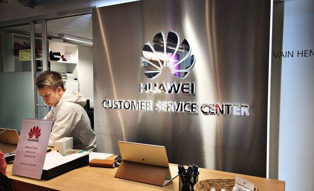 Helsingin keskustassa avattiin viime syksynä Huawein palvelupiste, joka auttaa erityisesti Huawei-puhelimien omistajia.