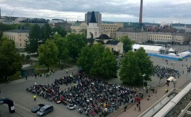 Tampereen keskustori täyttyi tänään moottoripyöristä.