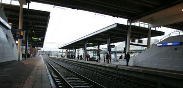 Koululaistyttö kaadettiin maahan Espoon keskuksen asemalaiturilla. Tytön selässä ollut reppu vaimensi tönäisyä.