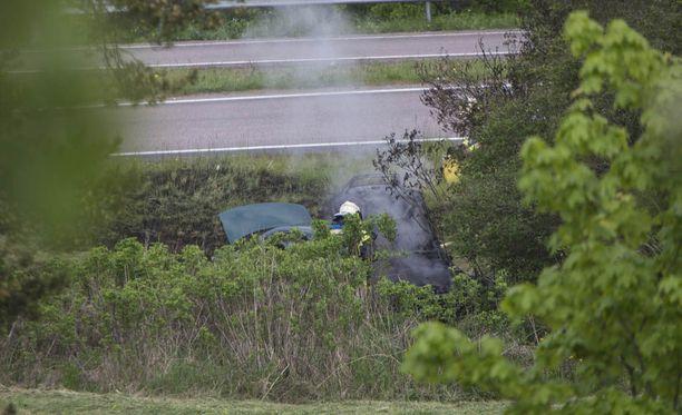 Auto lähti ilman kuljettajaa ajelemaan itsestään ja päätyi ojaan muutaman metrin päähän.
