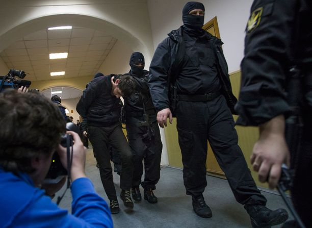 Pääepäilty Zaur Dadajev saateltiin kovakouraisesti oikeuden eteen sunnuntaina.
