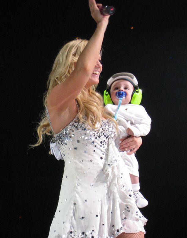 Myös Emman puolivuotias poika Beau pääsi lavalle, asianmukaisten kuulosuojainten kera.