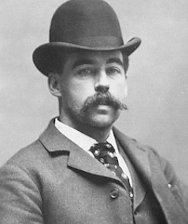 """H. H. Holmes rakensi Chicagoon """"kauhujen hotellin"""", jossa hän murhasi naispuolisia asiakkaitaan."""