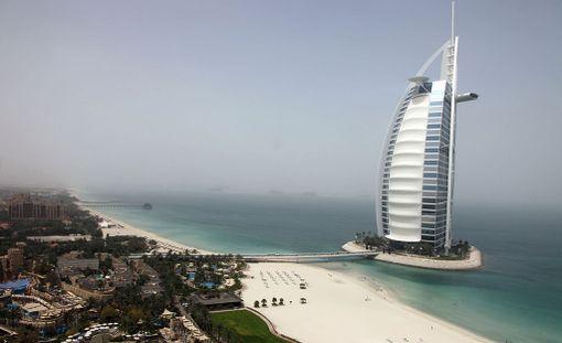 Uudet tekosaaret rakennetaan Burj Al Arab -hotellin molemmin puolin.