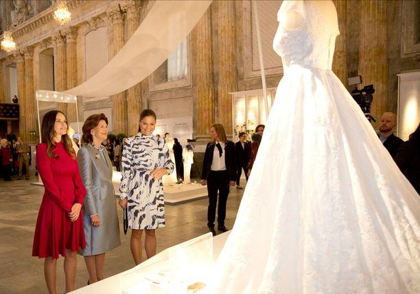 Prinsessa Sofia, kuningatar Silvia ja kruununprinsessa Victoria hääpukunäyttelyn avajaisissa.