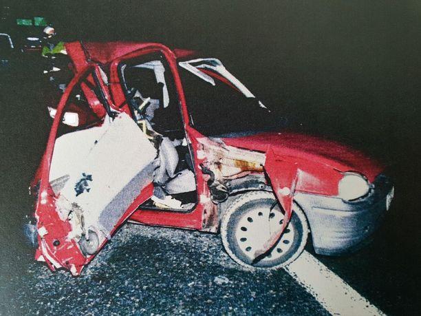 Tämä jäi jäljellä iäkkäästä Opel Corsasta. Autossa matkustajana ollut nainen kuoli ja hänen miehensä loukkaantui.