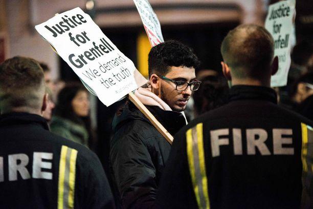 Tuhatkunta ihmistä osallistui tiistai-iltana Lontoossa hiljaiselle marssille, jolla muistettiin Grenfell Towerin uhreja. Mukana oli runsaasti palomiehiä.