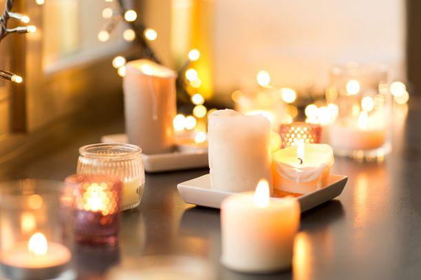 Ylilääkäri Raimo O. Salonen kehottaa unohtamaan kynttilämeret kotioloissa, sillä ne muuttavat sisäilman terveydelle haitalliseksi. Pari kertaa viikossa kynttilän voi sytyttää palamaan, mutta silloinkin palamisaika kannattaa pitää minimissä.