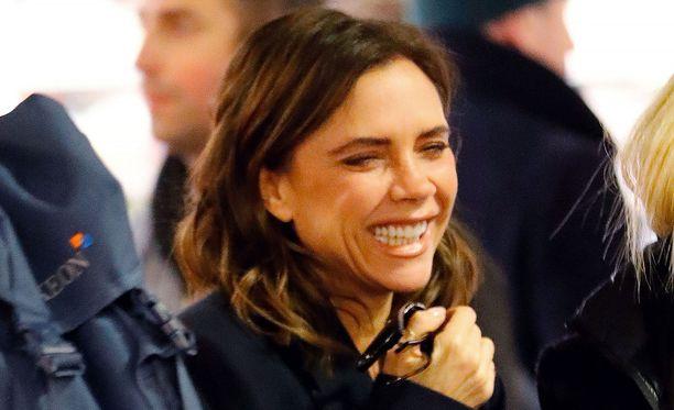 Victoria Beckhamin kasvot muuttuivat lähes tunnistamattomiksi, kun hän suli kunnon hymyyn.