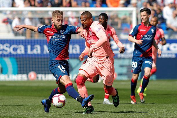 Huescan Jorge Pulido (vas.) pysäytti Kevin-Prince Boatengin etenemisen.
