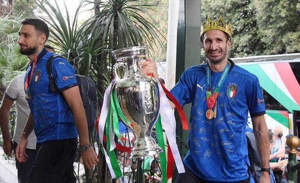 Giorgio Chiellini kantoi EM-pystin Roomaan kesällä. Hänen tavoitteenaan on toistaa temppu Qatarin kisoissa ensi vuoden lopussa.