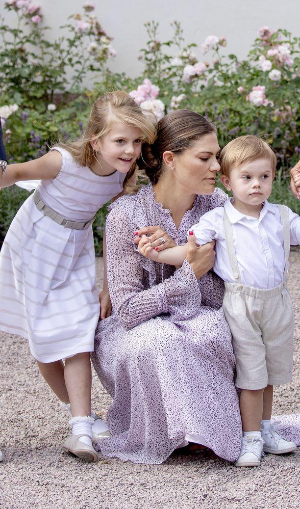 Kruununprinsessa Victoria lapsineen heinäkuussa 2018.