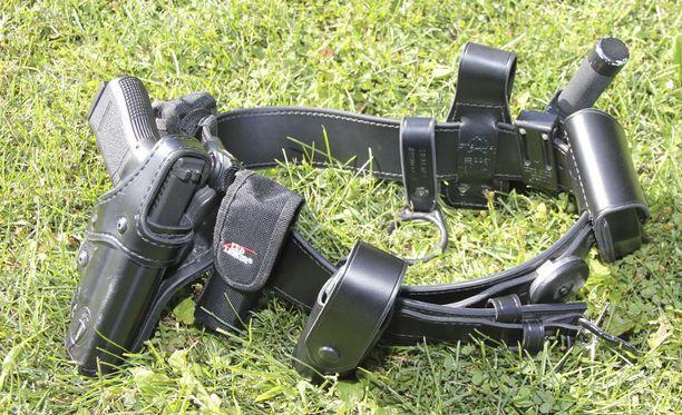 Poliisin varustevyö. Naispoliisin pistoolikotelon suojakaari oli käytössä löystynyt. Kuvituskuva.