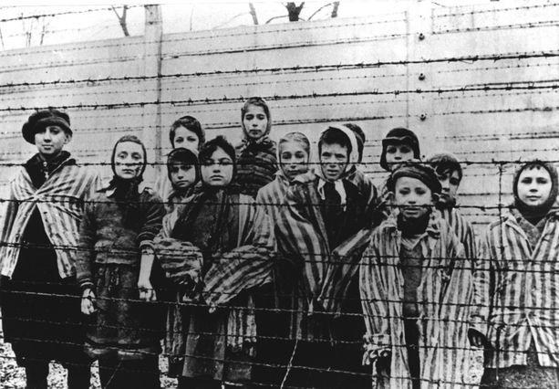 Auschwitzissa vankeina olleita lapsia tammikuussa 1945, kun neuvostoarmeija vapautti leirin.