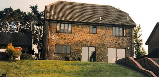 Petri Väinölä asui maanläheisessä kivitalossa Englannissa. Sen ruutuikkunoista kävi talviaikoina viima.