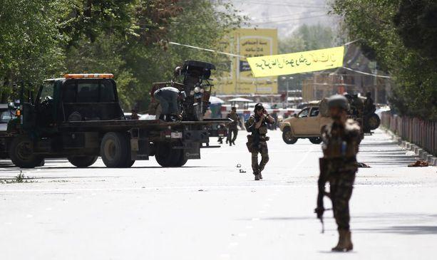 Afganistanin viranomaiset tutkivat pommi-iskujen paikkaa.