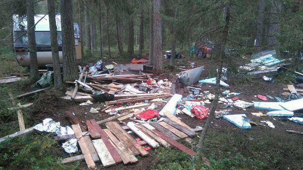 Sivullisen lauantaiaamuna metsästä ottamissa kuvissa näkyvä hävitys on herättänyt ihmetystä Facebookissa.