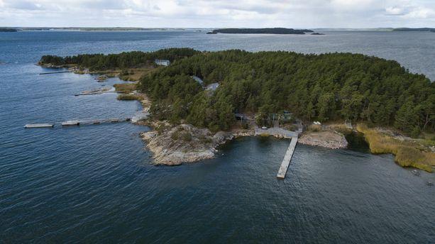 Turun saaristossa sijaitseva Säkkiluodon saari. Järeitä laitureita on useita.
