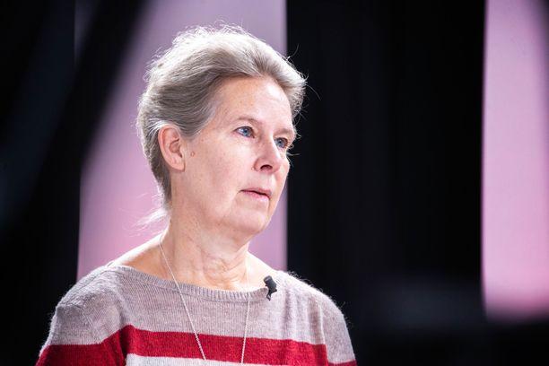 THL:n ylilääkäri Hanna Nohynek sanoo Iltalehdelle, että ainakaan kesään mennessä tuskin suomalaisia on rokotettu.