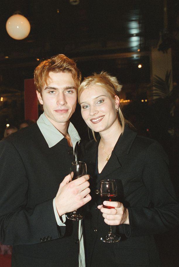 Annika Metsäketo ja Sebastian Rejman vuonna 1999. Nuoret muuttivat yhteen vain lyhyen tuntemisen jälkeen.s