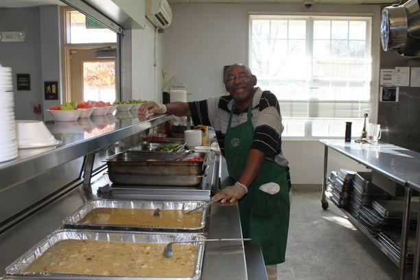 Kodittomien tukikeskuksessa tarjotaan lämmin lounas joka päivä. Walter Hunt oli koditon vuosia sitten, mutta pääsi jaloilleen keskuksen ansiosta. Nyt hän tekee vapaaehtoistyötä keittiössä.