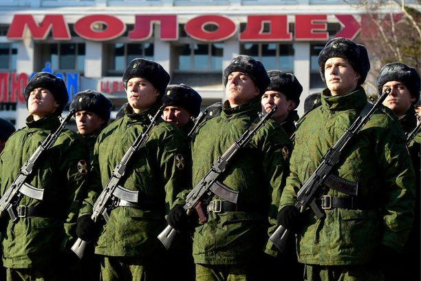 Kansalliskaartin sotilaat osallistuvat Venäjällä usein seremonioihin ja paraateihin.